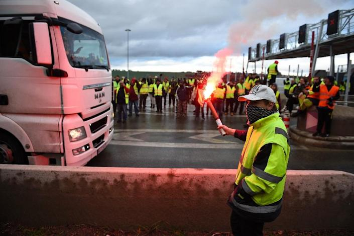 Some protesters took over highway toll booths, letting vehicles pass for free (AFP Photo/JEAN-CHRISTOPHE VERHAEGEN)