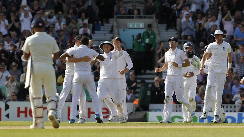 England players celebrate after winning the test match on the third day of the fifth cricket Test match between England and India at The Oval in London on August 17, 2014 (AFP Photo/Ian Kington )