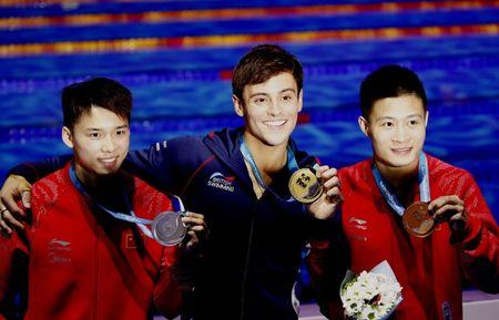 Diving – 17th FINA World Aquatics Championships – Men's 10m Platform awarding ceremony – Budapest, Hungary – July 22, 2017 –  Chen Aisen of China (silver), Tom Daley of Britain (gold) and Yang Jian of China (bronze) pose with the medals. REUTERS/Stefan Wermuth