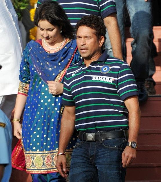 Indian cricketer Sachin Tendulkar (R) and wife Anjali Tendulkar arrive for a tea party at the Governor's House in Mumbai on April 3, 2011. India won the Cricket World Cup for the first time since 1983 with a six-wicket victory over Sri Lanka on April 2. AFP PHOTO / Sajjad HUSSAIN