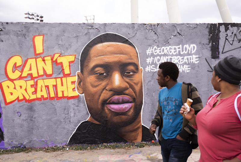 Citizens visit Mauer Park in Berlin on May 29, 2020 to check out a mural of George Floyd, who died in police custody in Minneapolis, Minn. on Monday night. (Photo: Anadolu Agency via Getty Images)