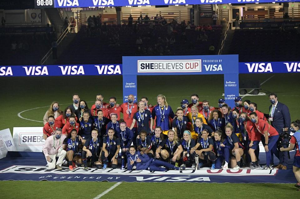 U.S. players and coaches pose for a group photo.