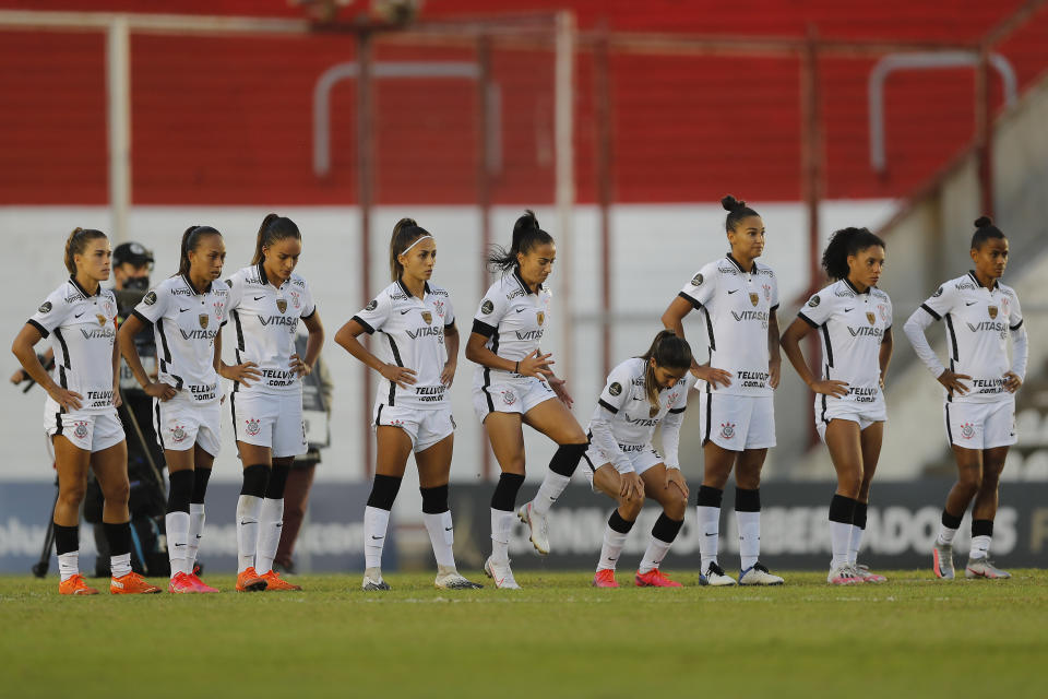 MORON, ARGENTINA - MARCH 17: Players of Corinthians stand in the middle of the field during penalty shoot-out during a semifinal match of Women's Copa CONMEBOL Libertadores 2020 between Corinthians and América at Estadio Nuevo Francisco Urbano on March 17, 2021 in Moron, Argentina. (Photo by Juan Ignacio Roncoroni - Pool/Getty Images)
