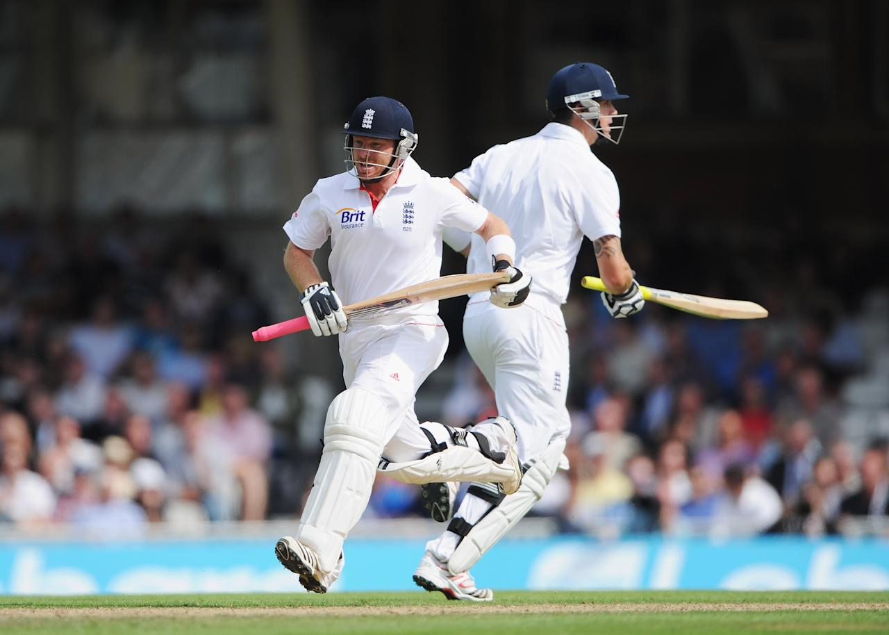 LONDON, ENGLAND - AUGUST 19:  Ian Bell of England runs between the wickets with Kevin Pietersen during day two of the 4th npower Test Match between England and India at The Kia Oval on August 19, 2011 in London, England.  (Photo by Gareth Copley/Getty Images)