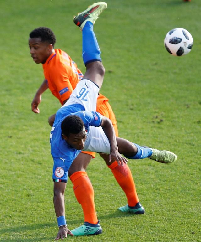 Soccer Football - UEFA European Under-17 Championship Final - Italy vs Netherlands - AESSEAL New York Stadium, Rotherham, Britain - May 20, 2018 Italy's Jean Freddi Greco in action with the Netherlands' Quinten Maduro Action Images via Reuters/Carl Recine