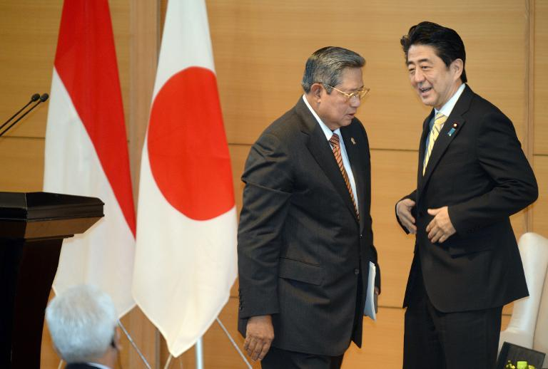 Japanese Prime Minister Shinzo Abe (R) looks at Indonesian President Susilo Bambang Yudhoyono (L) after his speech in Tokyo on December 13, 2013