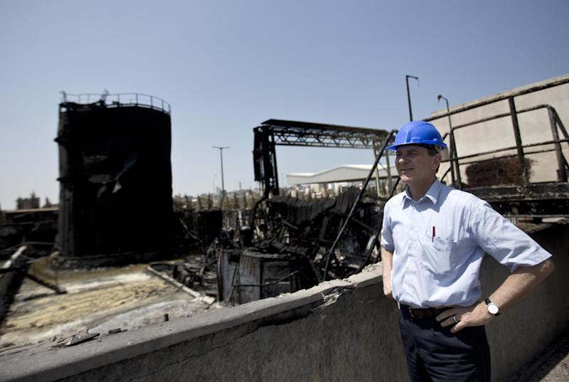 James Rawley, United Nations' humanitarian coordinator for the Palestinian territories visits a power plant supplying electricity to the Gaza Strip that was damaged due to the Israel-Hamas conflict on August 11, 2014 in Gaza City (AFP Photo/Mahmud Hams)