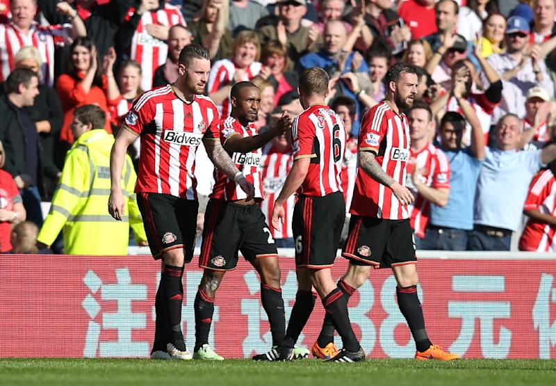 Sunderland's striker Jermain Defoe (2nd L) celebrates with teammates after scoring the opening goal of the match between Sunderland and Newcastle United in Sunderland on April 5, 2015 (AFP Photo/Ian MacNicol)