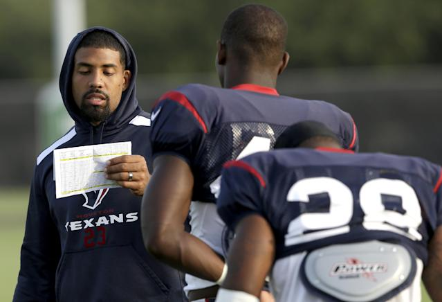 Houston Texans running back Arian Foster, left, reads off practice assignments to teammates during NFL football training camp Tuesday, July 29, 2014, in Houston. (AP Photo/Pat Sullivan)