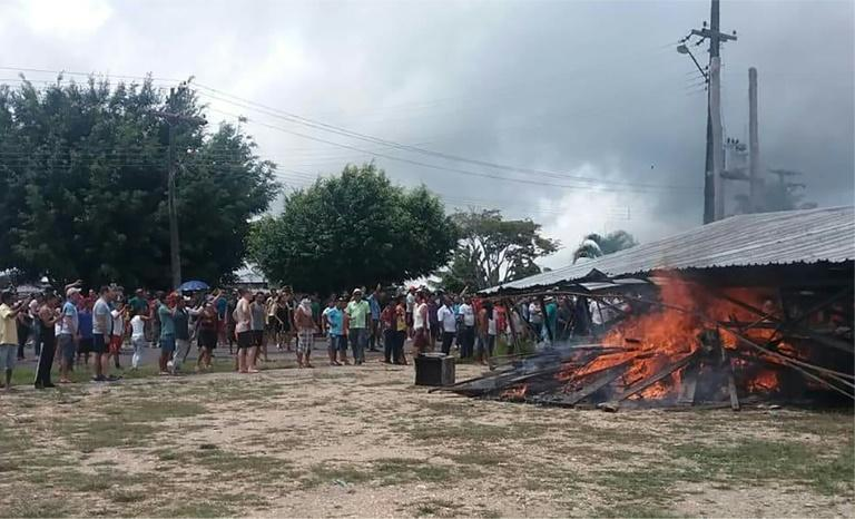 Residents of the Brazilian border town of Pacaraima burn a makeshift camp used by Venezuelan immigrants on August 18, 2018