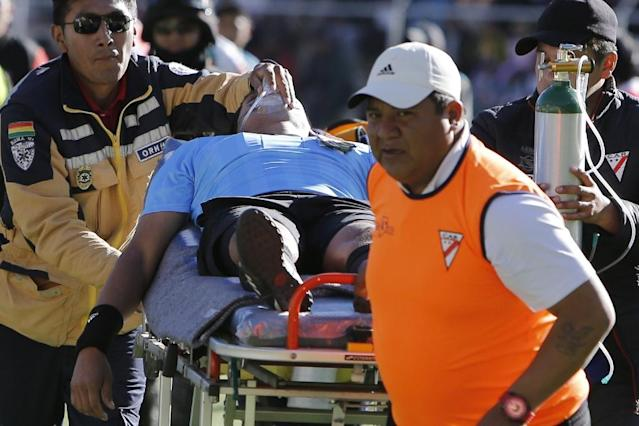 Bolivian referee Victor Hugo Hurtado is taken away on a stretcher during Bolivia's first division football match between Always Ready and Oriente Petrolero at the Municipal Stadium in El Alto, Bolivia on May 19, 2019 (AFP Photo/JUAN CARLOS USNAYO)