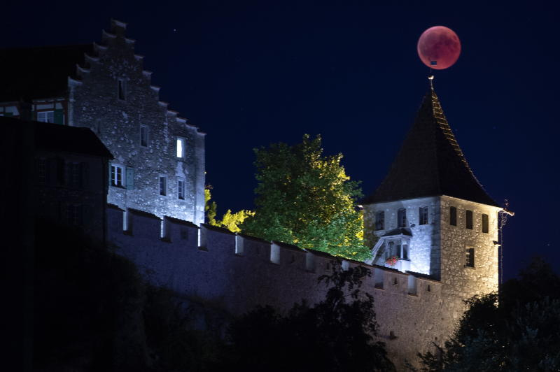 MD30671 MNDF. Neuhausen Am Rheinfall (Switzerland Schweiz Suisse), 27/07/2018.- The moon turns red during a total lunar eclipse, as seen from Neuhausen to the castel Laufen, Switzerland, July 27, 2018. The second total lunar eclipse of 2018 will be visible in large parts of Australia, Asia, Africa, Europe, and South America. The totality will last for 103 minutes, making it the longest eclipse of the 21st century. (Suiza) EFE/EPA/MELANIE DUCHENE