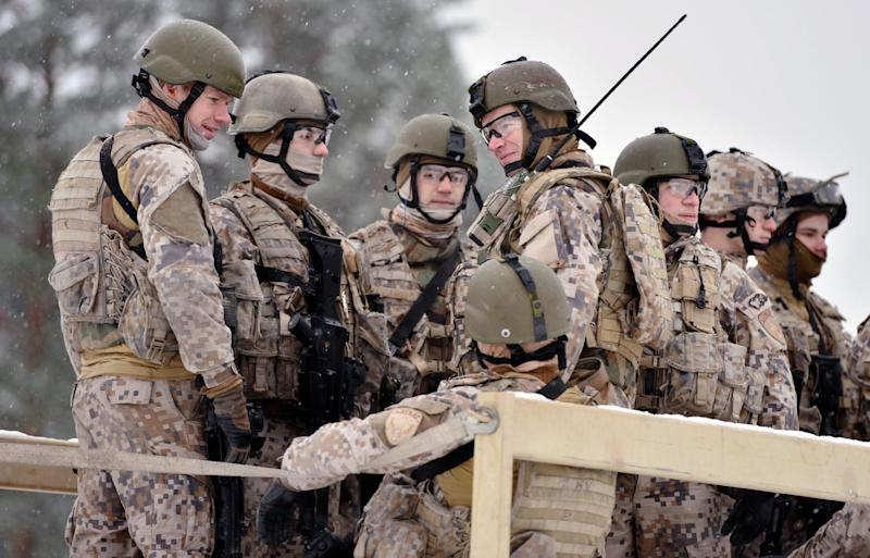 This picture taken on November 21, 2014 shows Latvian troops preparing for live-fire exercises at the Adazi military base outside Riga, Latvia (AFP Photo/Ilmars Znotins)