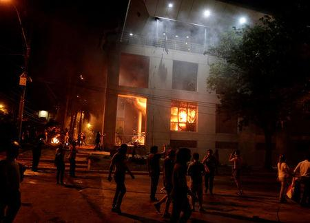 Protestors set fire to the Congress building during a demonstration against a possible change in the law to allow for presidential re-election in Asuncion, Paraguay, March 31, 2017. REUTERS/Jorge Adorno