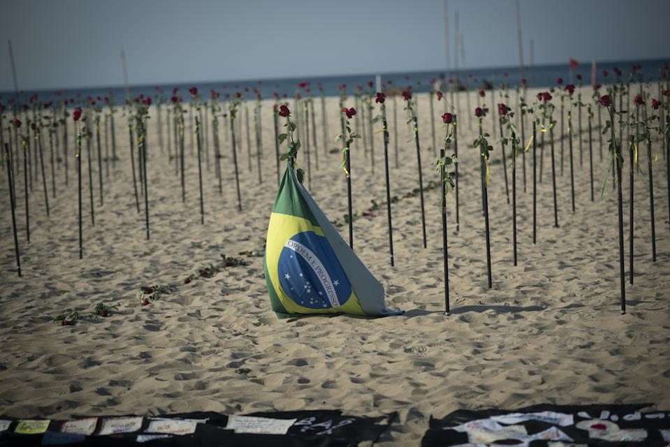 RIO DE JANEIRO, BRAZIL - JUNE 20: Red roses 'planted' during an event to pay homage to the over 500,000 registered Covid-19 victims and protest against the government's response to the pandemic organized by ONG Rio de Paz at Copacabana Beach on June 20, 2021 in Rio de Janeiro, Brazil. Brazil surpasses 500,000 deaths from coronaviruses, registered the sad mark of half a million deaths since the beginning of the health crisis. (Photo by Fabio Teixeira/Anadolu Agency via Getty Images)