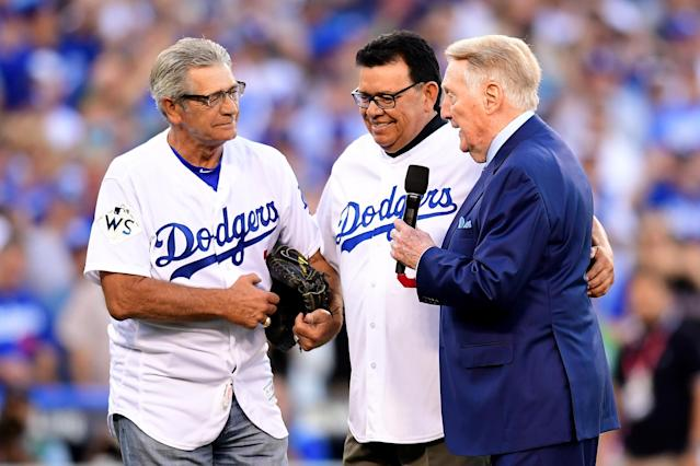 <p>Former Los Angeles Dodgers broadcaster Vin Scully talks with former Los Angeles Dodgers players Fernando Valenzuela (C) and Steve Yeager (L) before game two of the 2017 World Series between the Houston Astros and the Los Angeles Dodgers at Dodger Stadium on October 25, 2017 in Los Angeles, California. (Photo by Harry How/Getty Images) </p>