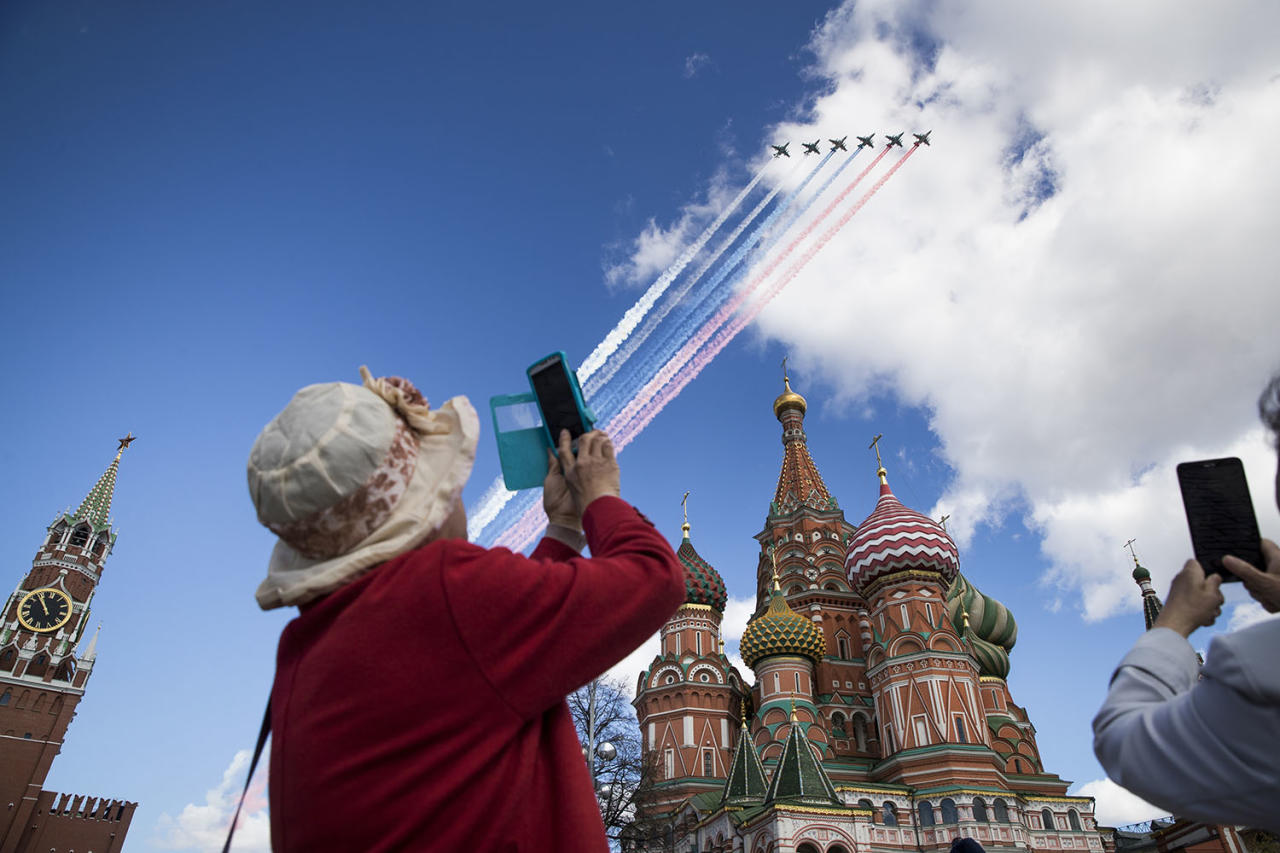 <p>Tourists takes photos of Russian jets flying over the Kremlin during a rehearsal for the Victory Day military parade, which will take place on May 9 to celebrate 72 years since the victory of WWII, in Moscow, May 4, 2017. (Photo: Pavel Golovkin/AP) </p>