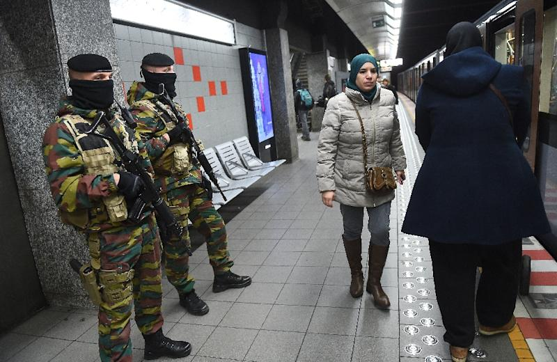 Belgium soldiers stand guard inside a subway station in Brussels, on November 25, 2015 (AFP Photo/Emmanuel Dunand)