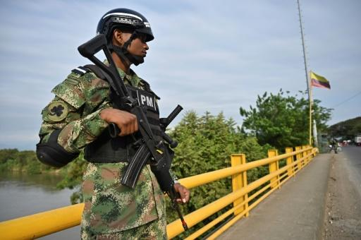 """A Colombian soldier guards a checkpoint in rural Jamundi, Valle del Cauca, on February 14, after the ELN threatened a three-day """"armed strike"""" against the government"""