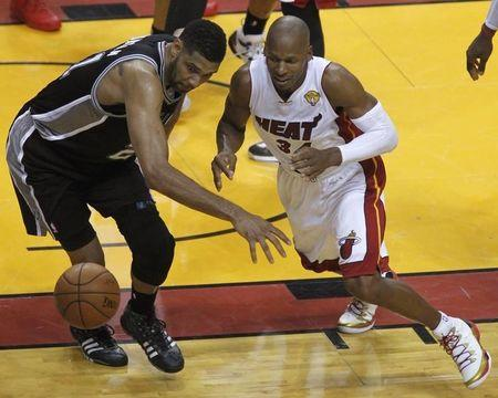 San Antonio Spurs' Tim Duncan (L) chases a loose ball with Miami Heat's Ray Allen during the second quarter in Game 3 of their NBA Finals basketball game in Miami, Florida, June 10, 2014. REUTERS/Andrew Innerarity
