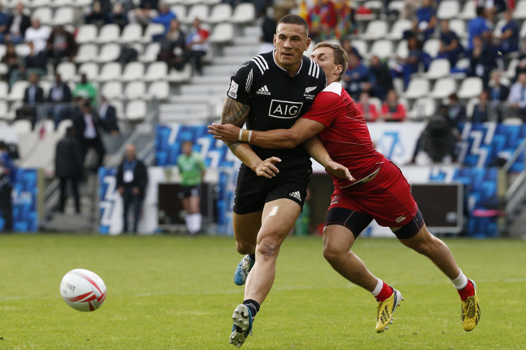 New Zealand's Sonny Bill Williams (L) is tackled during a HSBC Paris Sevens Series rugby match between New Zealand and Russia at the Stade Jean Bouin in Paris on May 13, 2016. (AFP Photo/THOMAS SAMSON)