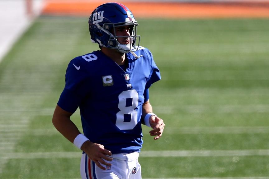 Daniel Jones jogs on field during Giants game against Bengals