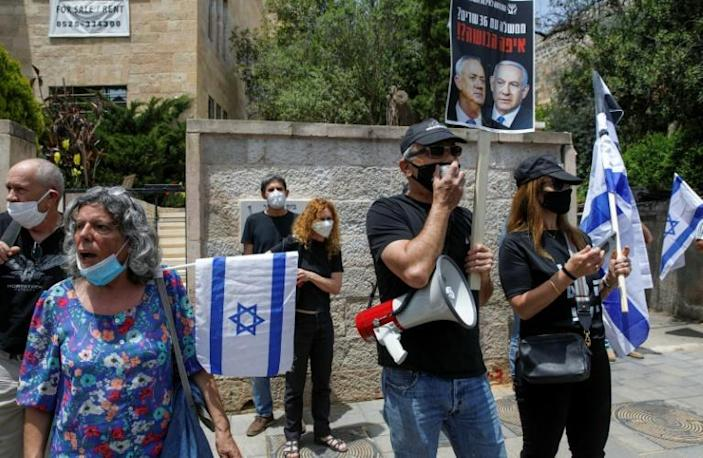 Israeli protesters demonstrate against Netanyahu's outside his residence in Jerusalem (AFP Photo/MENAHEM KAHANA)