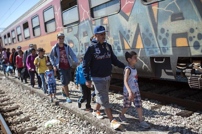 Refugees try to board a train to Serbia in the town of Gevgelija, on the Macedonian-Greek border, on August 23, 2015 (AFP Photo/Robert Atanasovski)