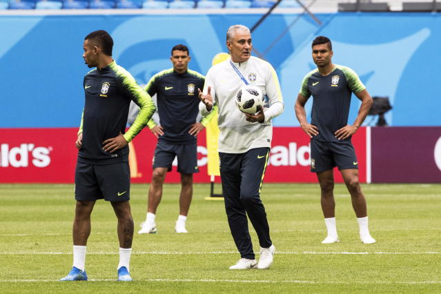 St.petersburg (Russian Federation), 21/06/2018.- Brazil's head coach Tite (2-R) leads his team's training session in St.Petersburg, Russia, 21 June 2018. Brazil will face Costa Rica in their FIFA World Cup 2018 Group E preliminary round soccer match on 22 June 2018. (Mundial de Fútbol, Brasil, Rusia) EFE/EPA/ETIENNE LAURENT EDITORIAL USE ONLY