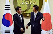South Korea's Foreign Minister Yun Byung-Se (R) and his Japanese counterpart Fumio Kishida meet at the Foreign Ministry in Seoul on December 28, 2015 (AFP Photo/Jung Yeon-Je)