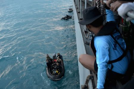 Indonesian navy divers prepare operations to lift the tail of AirAsia flight QZ8501 from the Java sea January 9, 2015. REUTERS/Adek Berry/Pool