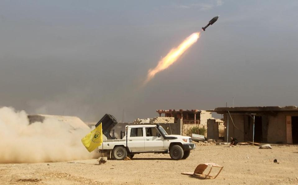 Iraqi Shiite fighters fire a rocket as they advance towards the centre of Baiji, on October 19, 2015 (AFP Photo/Ahmad al-Rubaye)