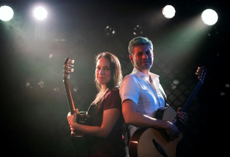 Rodrigo y Gabriela moved to Europe in the late 1990s, settling in Dublin where they began busking and playing local pubs
