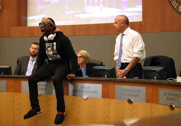 Stevante Clark, brother of Stephon Clark, disrupts a special city council meeting meeting at Sacramento City Hall on March 27, 2018. (Photo: Justin Sullivan via Getty Images)