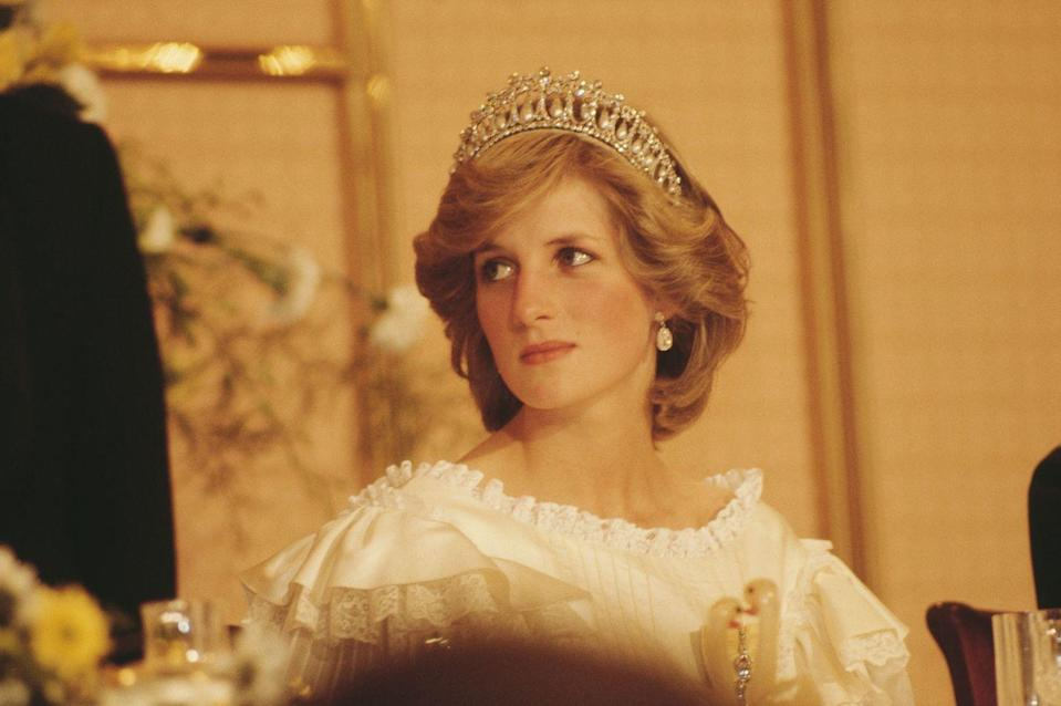 <p>The Princess of Wales wearing a tiara at a farewell State Banquet in Auckland at the end of the Royal tour of New Zealand.</p>