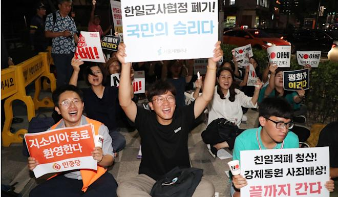 Protesters cheer outside the Japanese embassy in Seoul after South Korea announced it would scrap the military intelligence pact with Japan on Thursday. Photo: EPA-EFE