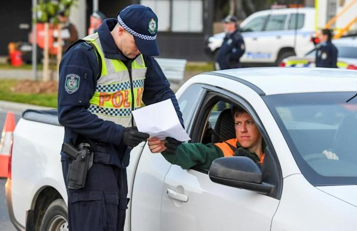Police in the southern New South Wales border city of Albury check cars crossing from Victoria (AFP Photo/William WEST)