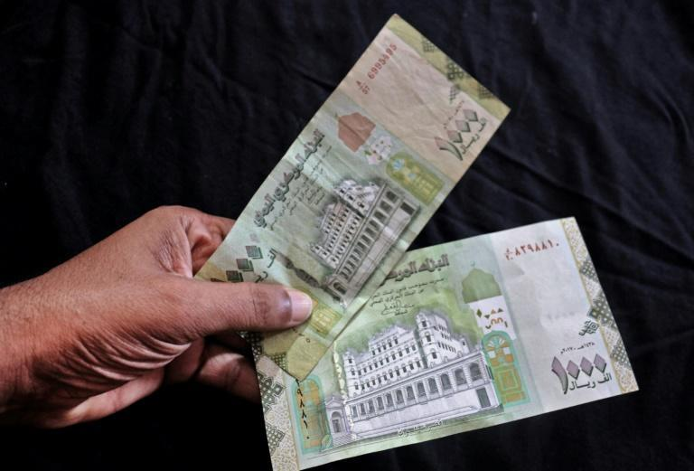 Both old (top) and new (bottom) issues of the 1000 riyal banknote are used in government-controlled zones