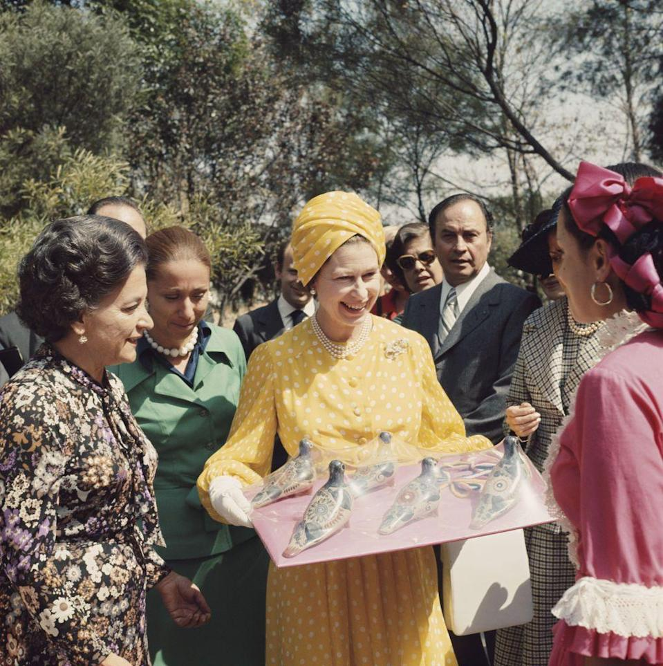 <p>During a visit to Mexico, Queen Elizabeth covered herself in yellow and white polka dots from head to toe.<br></p>