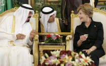 <p>Former first lady Laura Bush had tea with former Saudi King Abdullah in Riyadh in 2008 without her head covered. (Photo: AP Images) </p>