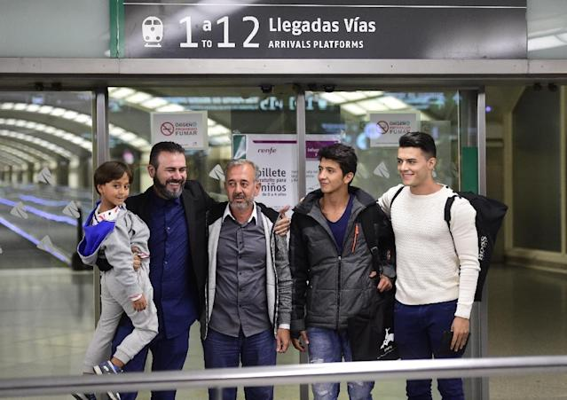 Osama Abdul Mohsen (3rd L) poses with his sons Zaid (L) and Mohamed (2nd R), and the director of the Spanish football coaching school CENAFE, Miguel Angel Galan (2nd L) after arriving at Atocha train station in Madrid, on September 17, 2015 (AFP Photo/Javier Soriano)