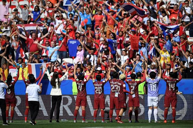 Thailand's players acknowledge their supporters at the end of their 5-1 defeat against Sweden in Nice (AFP Photo/CHRISTOPHE SIMON)