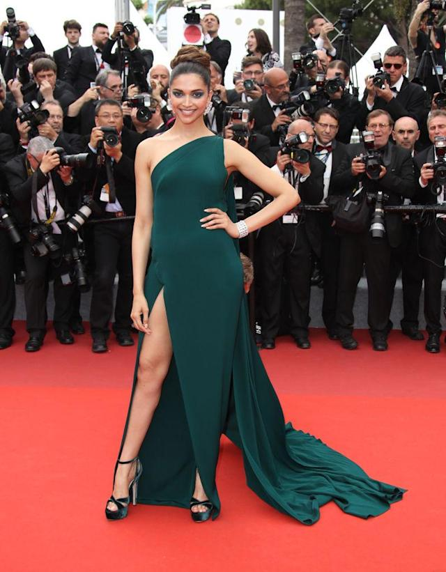 <p>The actress's emerald smokey eye matched the jewel tone of her Brandon Maxwell dress. (Photo: Mike Marsland/Mike Marsland/WireImage) </p>