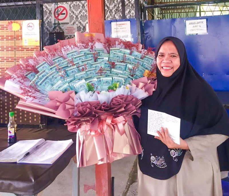 Nurhazreen Md Ris' mother was delighted to receive the cash bouquet and the heartfelt note from her daughter. — Picture courtesy of royalgift_my