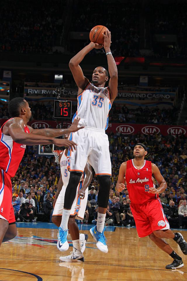 OKLAHOMA CITY, OK - NOVEMBER 21: Kevin Durant #35 of the Oklahoma City Thunder shoots the ball against the Los Angeles Clippers on November 21, 2013 at the Chesapeake Energy Arena in Oklahoma City, Oklahoma. (Photo by Layne Murdoch Jr./NBAE via Getty Images)