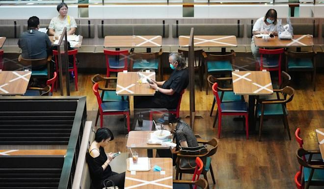 People will be allowed to sit in Hong Kong restaurants for an extra hour from Friday. Photo: Sam Tsang