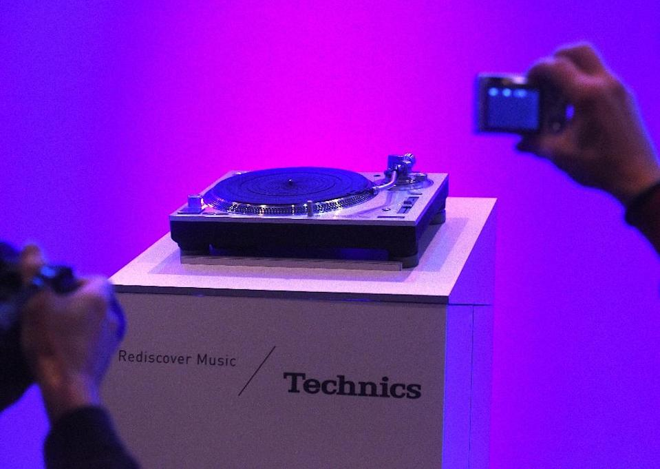 Photographers gather around the Panasonic Technics SL 1200G Direct Drive Hi-Fi turntable, at the Panasonic press conference on CES Press Day, January 5, 2016 in Las Vegas, Nevada ahead of the CES 2016 Consumer Electronics Show (AFP Photo/Robyn Beck)