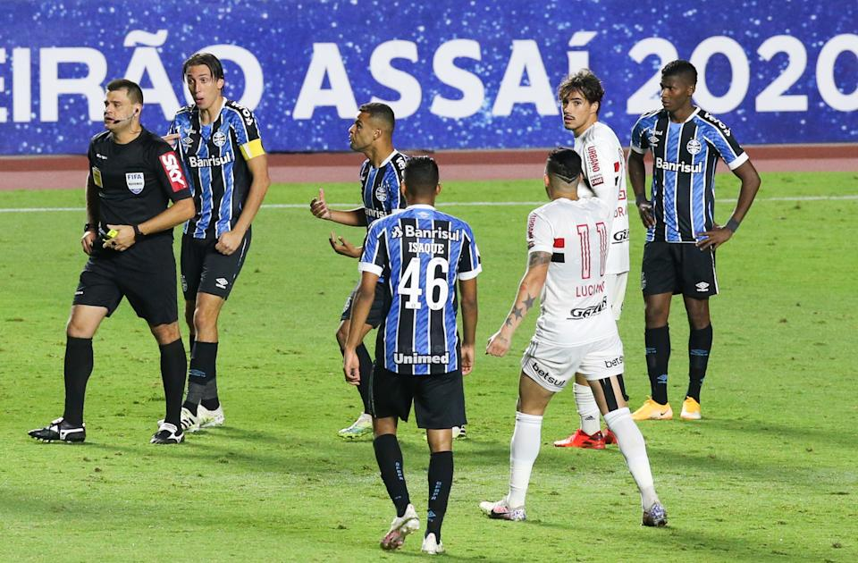 SAO PAULO, BRAZIL - OCTOBER 17: Geromel of Gremio argues with the referee Rafael Traci during the match between Sao Paulo and Gremio as part of Brasileirao Series A 2020 at Morumbi Stadium on October 17, 2020 in Sao Paulo, Brazil. (Photo by Alexandre Schneider/Getty Images)