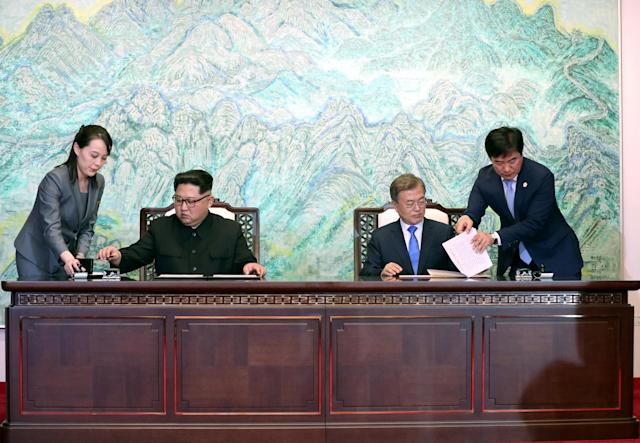 <p>South Korean President Moon Jae-in and North Korean leader Kim Jong Un sign documents at the truce village of Panmunjom inside the demilitarized zone separating the two Koreas, South Korea, April 27, 2018. (Photo: Korea Summit Press Pool/Pool via Reuters) </p>
