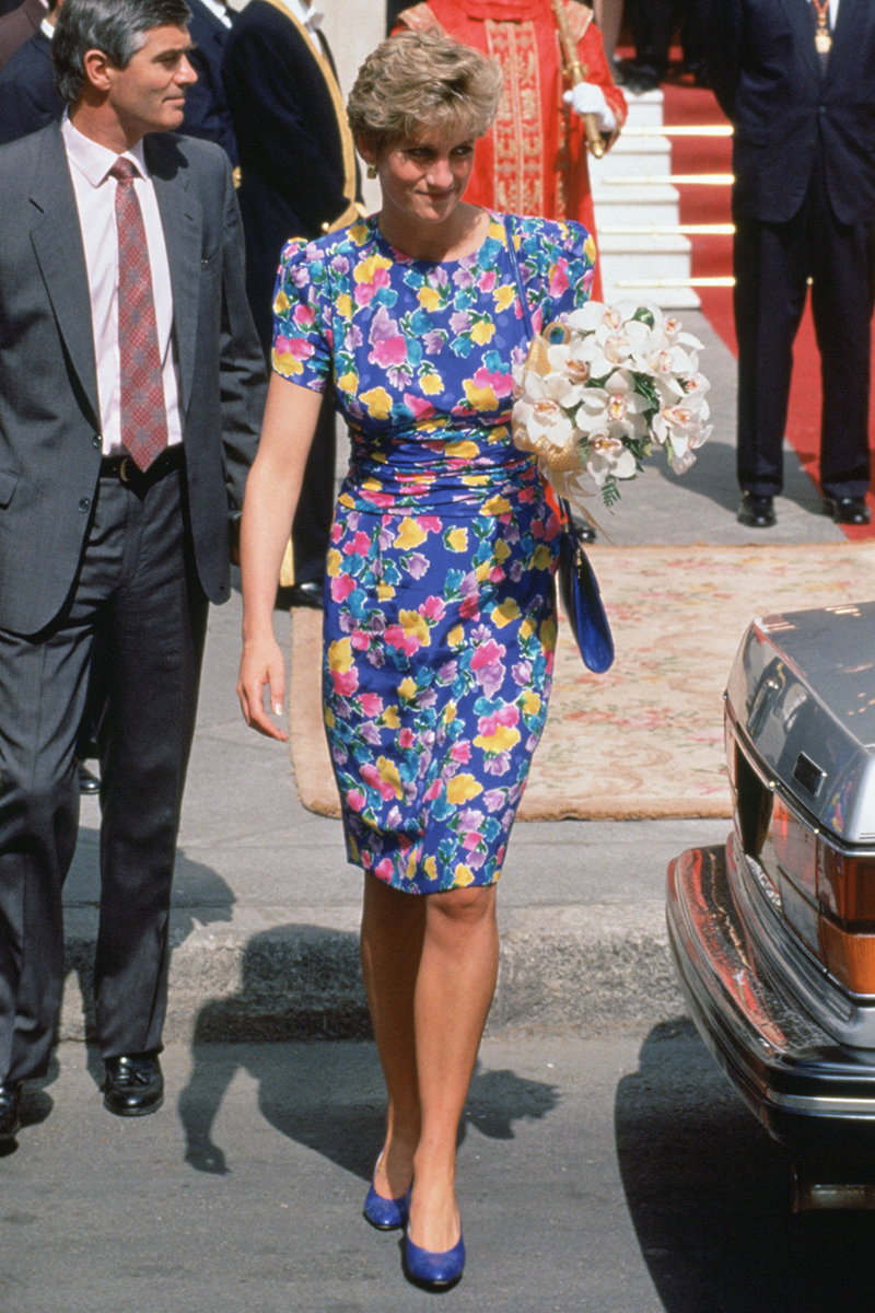 <p>Can we take a second to talk about how damn chic this floral midi dress situation is, worn by Diana outside Seville's Town Hall in May 1992?</p>